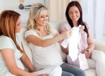 Что подарить беременной женщине: список самых нужных подарков
