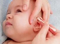 Причины желтых корочек за ушами у грудничка