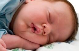 Почему  ребенок во сне задерживает дыхание