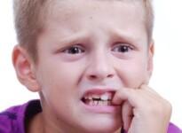 По каким причинам дети грызут ногти?