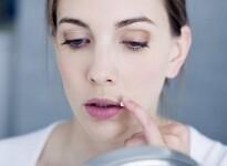 Простуда на губах в период беременности: опасность и варианты лечения