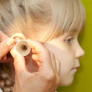Чистка ушей у ребенка