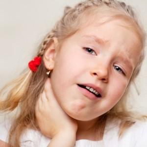 У девочки болят миндалины