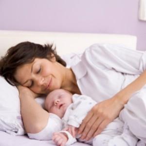 Хорошо спать возле мамы!