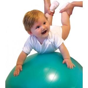 Малышка в восторге от упражнений на фитболе