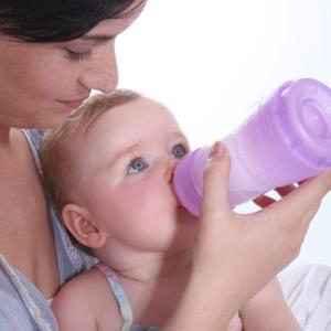 Мама поит ребенка чаем Плантекс