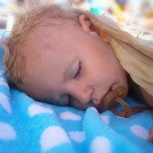 У малыша во сне голова мокрая от пота