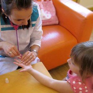 Лаборант отбирает у ребенка кровь на анализ