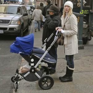 Мама с коляской пересекает проезжую часть