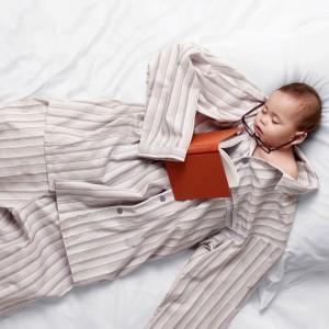Новорожденный мальчик в отцовской пижаме