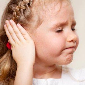 Ребенок чешет затылок и уши