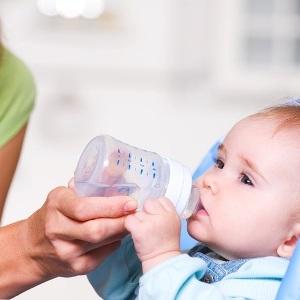 Как грудничка заставить пить воду