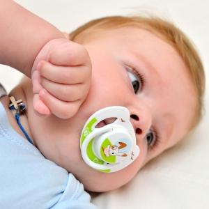 Ребенок чешет голову и уши