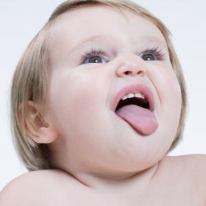 Красные точки на кончике языка у грудничка