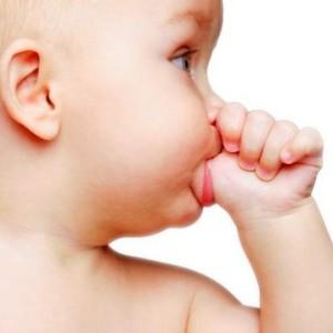 Ребенок сосет палец