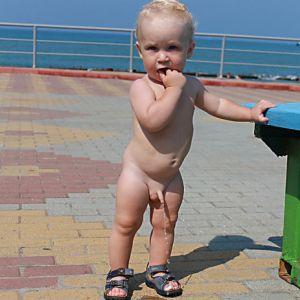 Мальчик показывает девочке писюн