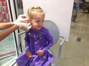 прокалываем уши ребенку