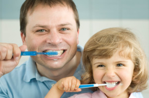 Помощь взрослых в чистке зубов
