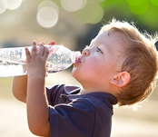 ребенок пьет много воды